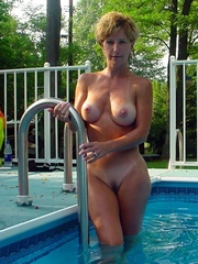 Sexy naked milf with a great figure in..