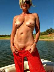 Flabby blonde granny posing naked in..