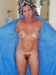 This naked mom wants to excite you